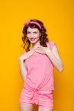 Flickautvikningsbrud-stil i en rosa klänning Arkivbilder