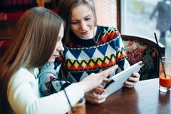 Flickavänner meddelar i ett kafé Arkivfoto