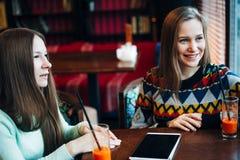 Flickavänner meddelar i ett kafé Arkivfoton