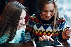 Flickavänner meddelar i ett kafé Royaltyfria Bilder