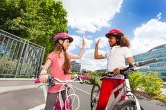 Flickavänner som ger gest för höjdpunkt fem, når att ha sprungit Arkivbild