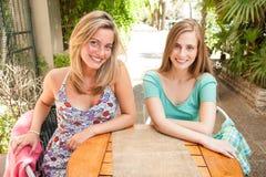 Flickavänner som har gyckel Royaltyfri Fotografi