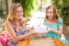 Flickavänner som mottar gåvor Royaltyfri Fotografi