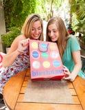 Flickavänner som mottar gåvor Arkivbilder