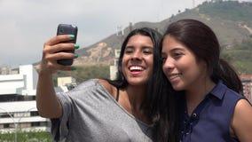 Flickavänner som tar en Selfie arkivbilder