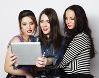 Flickavänner som tar selfie med den digitala minnestavlan Arkivbild