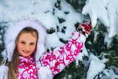 Flickavinterkläder och varm hatt med lotten av snö fotografering för bildbyråer