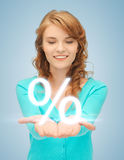 Flickavisningtecken av procent i henne hand Royaltyfria Foton