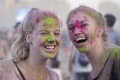Flickor är deltagare av den kulturell och musikfestivalen Sziget i Budapest, Ungern Arkivbild