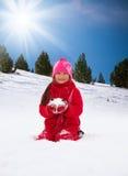 Flickor är lyckliga att spela med snö Fotografering för Bildbyråer