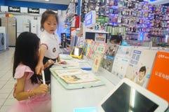 Flickor använder kunskap för lära för lärande maskin Royaltyfri Fotografi