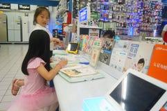 Flickor använder kunskap för lära för lärande maskin Royaltyfri Foto