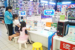 Flickor använder kunskap för lära för lärande maskin Arkivbild