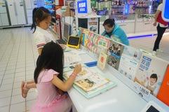 Flickor använder kunskap för lära för lärande maskin Arkivbilder