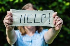 Flickor behöver hjälp Arkivfoto
