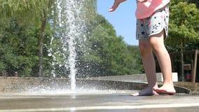 Flickor ben och fot som är våta i springbrunn stock video