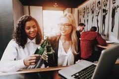 flickor Drinköl buteljerade alkoholiserada drycker royaltyfria bilder