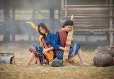 Flickor för dam Music Beautiful med ett musikinstrument Royaltyfria Bilder