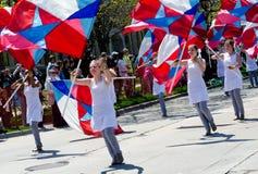 Flickor för flagga för marschmusikband Arkivfoton