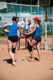 Flickor för lek för strandvolleyboll Royaltyfri Bild