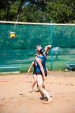 Flickor för lek för strandvolleyboll Arkivfoton