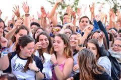 Flickor från åhörarna framme av etappen och att hurra på deras förebilder på den Primavera popfestivalen Royaltyfri Fotografi
