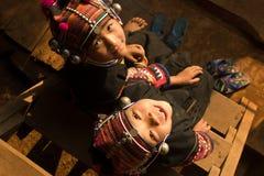 Flickor från den Akha folkgruppen i traditionell kläder Royaltyfri Fotografi