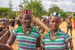 Flickor från den Hamar stammen på en lokal marknad, Turmi, Etiopien Arkivbilder