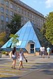 Flickor går på Alexander Boulevard på en solig dag i Krasnodar Royaltyfri Foto