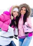 flickor går skridskoåkning två Royaltyfri Foto