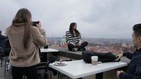Flickor gör roliga framsidor och ler för selfies stock video