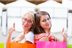 Flickor gillar att shoppa Fotografering för Bildbyråer