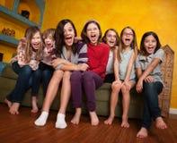 flickor grupperar att skrika Royaltyfri Bild