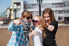 flickor grupperar tonårs- arkivbilder