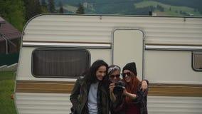 Flickor håller ögonen på foto nära släpet stock video