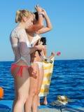 Flickor, i att snorkla för bikini Royaltyfri Fotografi