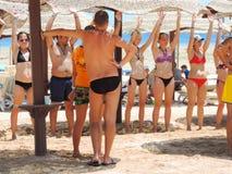 Flickor i bikinidans på stranden Royaltyfria Foton