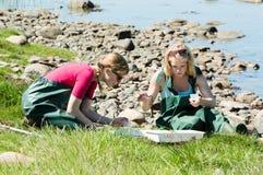 Flickor i biologiutfärd Arkivfoto