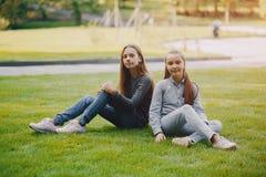 Flickor i en parkera royaltyfri foto