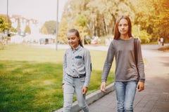 Flickor i en parkera arkivbilder