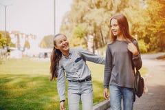 Flickor i en parkera fotografering för bildbyråer