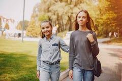 Flickor i en parkera arkivfoton