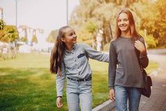 Flickor i en parkera royaltyfri fotografi