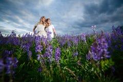 Flickor i ett fält Royaltyfria Foton