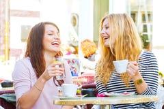 Flickor i ett kafé fotografering för bildbyråer