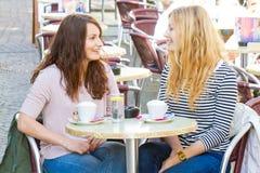 Flickor i ett kafé Arkivbilder