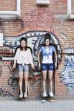 Flickor i ett konstverk på Dashanzi Art Area, Peking, Kina Arkivbilder