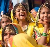 Flickor i färgrik etnisk dress deltar i på den Pushkar mässan Fotografering för Bildbyråer