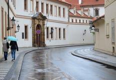 Flickor i gatan av Prague royaltyfri fotografi