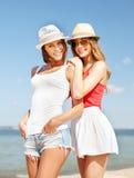 Flickor i hattar på stranden Royaltyfri Fotografi